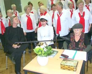 Unter Genossinnen mit rotem Halstuch und mit Brecht-Darstellerin Käthe Reichel (ganz rechts): Elsässer in seiner Zeit als jW-Mitarbeiter, ca. 2007