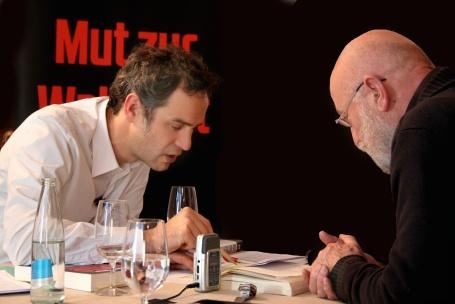 Beim COMPACT-Streitgespräch: Daniele Ganser und Karl-Heinz Hoffmann prüfen die Quellen. Foto: nuoviso-Screenshot