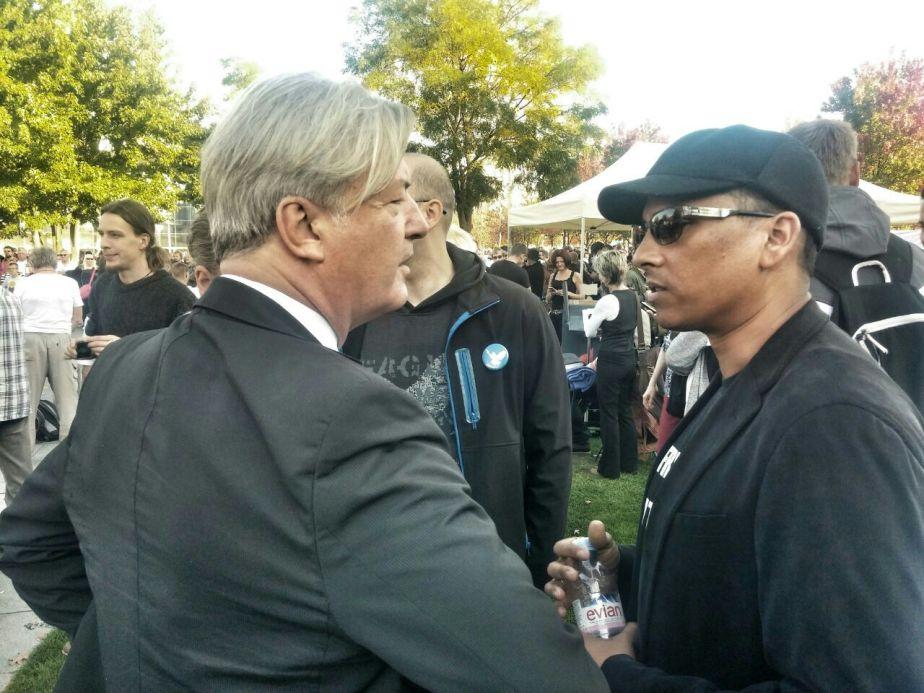 Elsässer – ein Fremdenfeind? Hier mit Xavier Naidoo am 3.10.2014 vor dem Bundeskanzleramt. Foto: Tommy