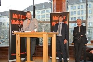 Kubitschek, Müller-Mertens, Elsässer am 16.4. bei COMPACT-Live in Dresden (Foto: Sim)