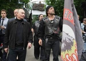 Putin mit den Nachtwölfen. Rechts von ihm Wolfsrudelführer