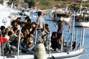 Flüchtlinge vor Lampedusa (Foto: wikipedia/Sara Prestianni / noborder network - http://www.flickr.com/photos/noborder/2495544558/)