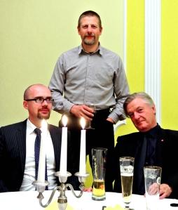 Ein Gläschen in Ehren... Tillschneider, Kubitschek, Elsässer bei COMPACT Live. Foto: Sim