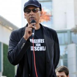 Xavier Naidoo am 3. Oktober 2014 bei einer Kundgebung. T-Shirt beachten!