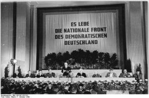 ADN-ZB-Kolbe Berlin: Gründung der DDR am 7.10.1949 Im Gebäude der DWK (Deutsche Wirtschaftskommission) in der Leipziger Straße fand am 7.10.49 die 9. Tagung des Deutschen Volksrates statt, auf der das Manifest der Nationalen Front des demokratischen Deutschland verkündet wurde. Der Deutsche Volksrat wurde zur Provisorischen Volkskammer umgebildet und die Deutsche Demokratische Republik gegründet. - Konstituierende Sitzung der Provisorischen Volkskammer. V.l.n.r.: Erich Geske, Herbert Hoffmann, Friedel Malter, Jonny Loehr, Johannes Dieckmann, Hermann Matern, Hugo Hickmann, Elli Schmidt, Friedrich Ebert.