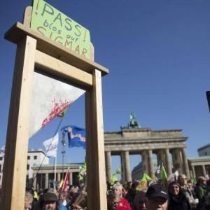 Gabriel-Guillotine auf der TTIP-Demo am 10.10.