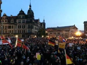 Galgen auf der Pegida-Demo, 12.10. – links unten in der Ecke, kaum zu sehen