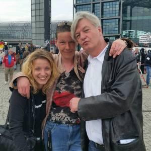 """Bianca (Mitte) mit Elsässer (rechts) auf der Demo """"Freiheit für Deutschland"""" am 9.5.2015 in Berlin"""